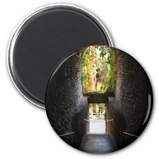 Escaleras oscuras con una arcada de piedra el ese  imán redondo 5 cm