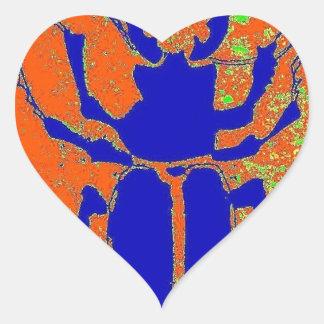 Escarabajo azul en la tierra anaranjada por pegatina en forma de corazón