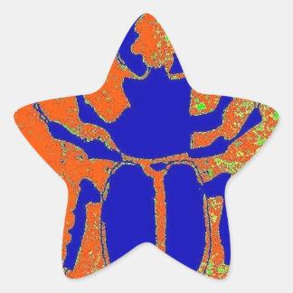 Escarabajo azul en la tierra anaranjada por pegatina en forma de estrella