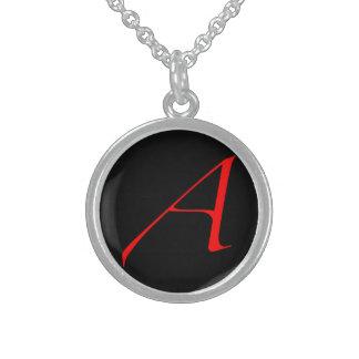 Escarlata ateo un collar (fondo negro)