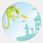 escena ardiente linda del dragón y del castillo etiqueta redonda