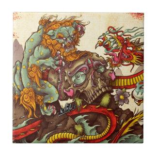 Escena asiática con el perro y el dragón del foo azulejo cuadrado pequeño