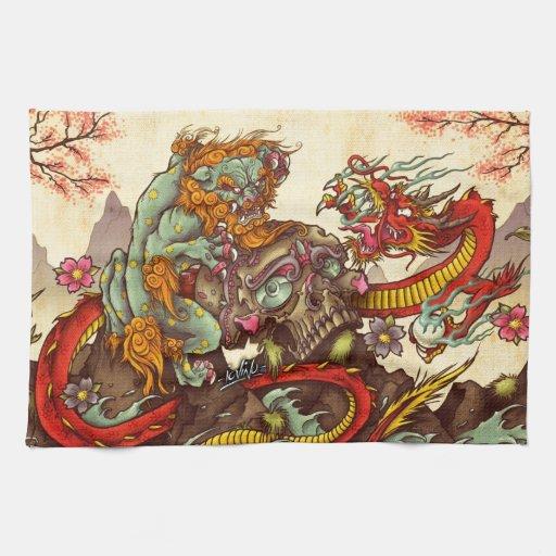 Escena asiática con el perro y el dragón del foo toalla de cocina