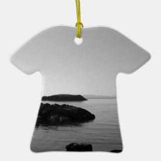 Escena blanco y negro del océano de la puesta del ornamentos para reyes magos