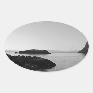 Escena blanco y negro del océano de la puesta del pegatinas de óval personalizadas