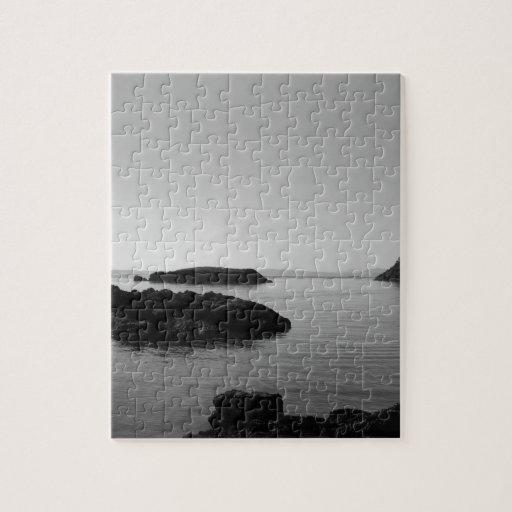 Escena blanco y negro del océano de la puesta del  rompecabezas