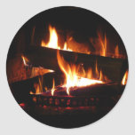 Escena caliente del invierno de la chimenea pegatina redonda