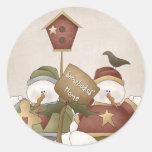Escena casera del invierno del muñeco de nieve de etiquetas redondas