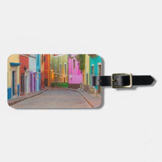 Escena colorida de la calle etiquetas de maletas