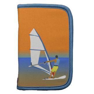 Escena colorida de un hombre Windsurfing en el Planificadores