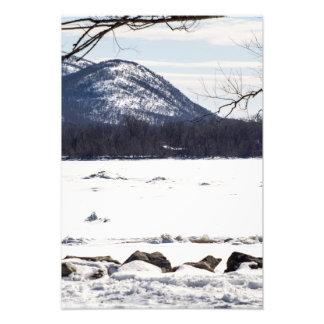 Escena congelada del río fotografías