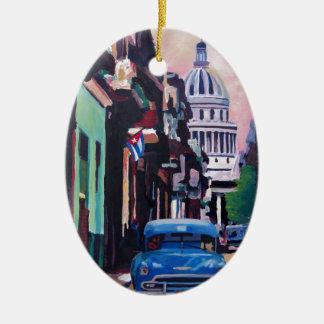 Escena cubana de la calle del Oldtimer en La Adorno Ovalado De Cerámica