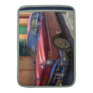 Escena de la calle con el coche viejo en La Habana Funda Macbook Air