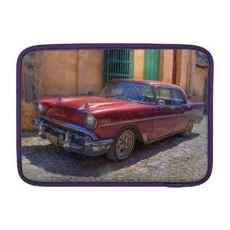 Escena de la calle con el coche viejo en La Habana Fundas Macbook Air