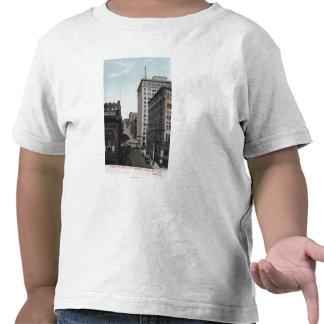 Escena de la calle de la cereza con el edificio de camisetas
