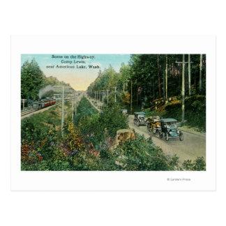 Escena de la carretera cerca del lago americano postal