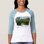 Escena de la montaña rocosa con la camisa de la fa