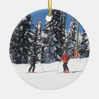 Escena de la nieve con los esquiadores y los árbol ornamento de navidad