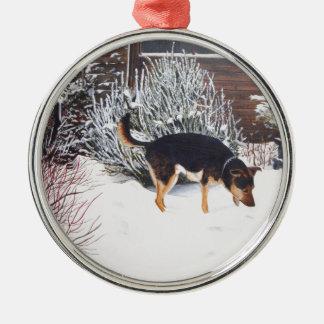Escena de la nieve del invierno con el perro negro adorno de navidad