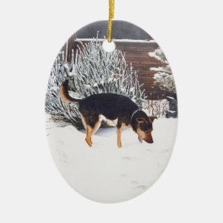 Escena de la nieve del invierno con el perro negro ornamento de navidad
