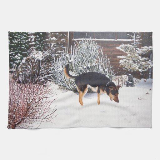 Escena de la nieve del invierno con el perro negro toalla de mano