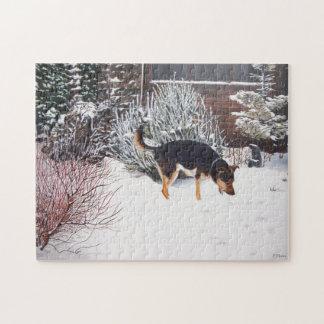 Escena de la nieve del invierno con el perro negro rompecabeza
