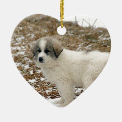 Escena de la nieve del perrito de los grandes adorno de cerámica en forma de corazón