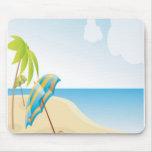 Escena de la playa con el paraguas, las palmeras y tapete de raton