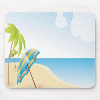 Escena de la playa con el paraguas, las palmeras y tapete de ratones