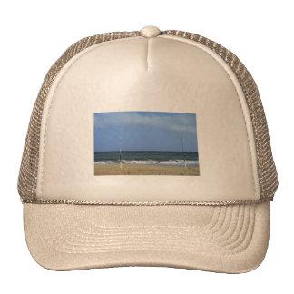 Escena de la playa con el trole gorra
