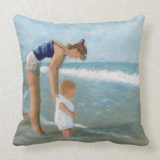 Escena de la playa con la madre y el bebé cojin