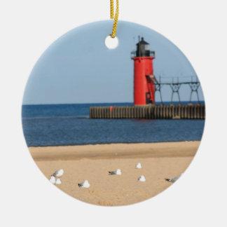 Escena de la playa con las gaviotas y el faro adorno navideño redondo de cerámica