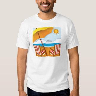Escena de la playa con las sillas y el paraguas remeras
