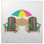 Escena de la playa con las sillas y el paraguas servilleta