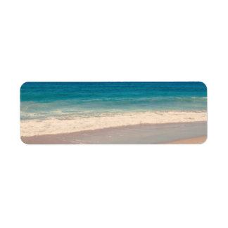 Escena de la playa de la aguamarina etiquetas de remite