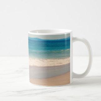Escena de la playa de la aguamarina taza básica blanca