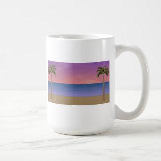 Escena de la playa de la puesta del sol: taza básica blanca