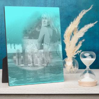 Escena de la playa del chica de la persona que pra placa de madera