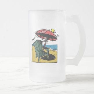 Escena de la playa del grabar en madera con la jarra de cerveza esmerilada