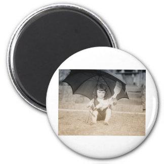 Escena de la playa del vintage con la niña imán redondo 5 cm
