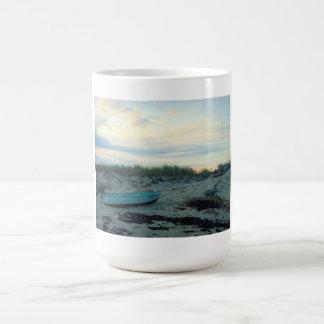Escena de la playa taza básica blanca