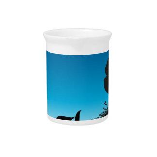 Escena de la silueta subacuática con la onda azul jarrón