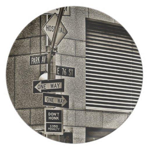 Escena de NYC Streetcorner Platos