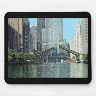 Escena del barco de la impulsión del río Chicago C Alfombrillas De Ratones