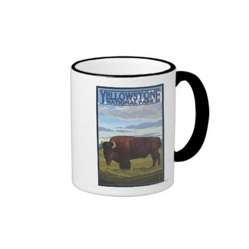 Escena del bisonte - parque nacional de Yellowston Tazas