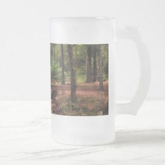 Escena del bosque con una corriente y un puente taza de cristal