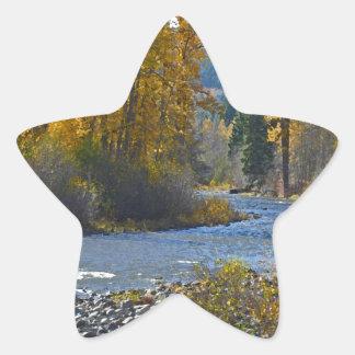 Escena del bosque y del río del otoño pegatina en forma de estrella