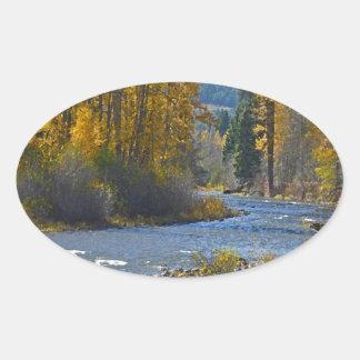 Escena del bosque y del río del otoño pegatina ovalada