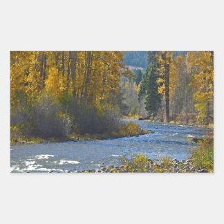 Escena del bosque y del río del otoño pegatina rectangular