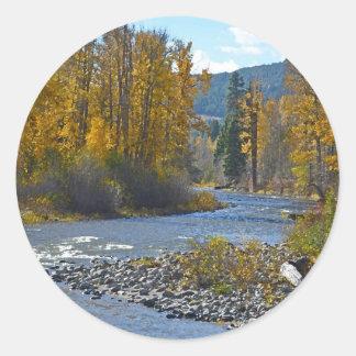 Escena del bosque y del río del otoño pegatina redonda
